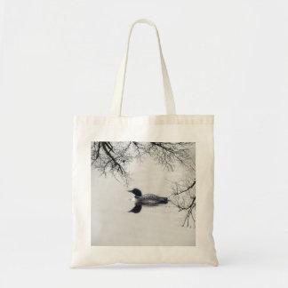 共通の水潜り鳥は冬の北湖で泳ぎます トートバッグ
