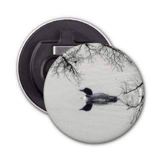 共通の水潜り鳥は冬の北湖で泳ぎます 栓抜き