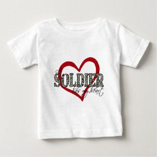 兵士に私のハートがあります ベビーTシャツ
