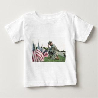 兵士はメモリアルデーの墓を訪問します ベビーTシャツ