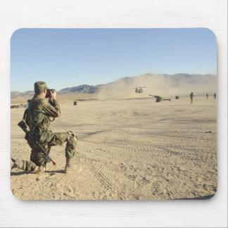 兵士はCH-47チヌックを文書化します マウスパッド