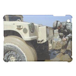 兵士はhumveeを引くためにロープを解きます iPad miniケース