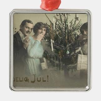 内気な女性のヴィンテージの郵便はがきのクリスマスの挨拶 メタルオーナメント