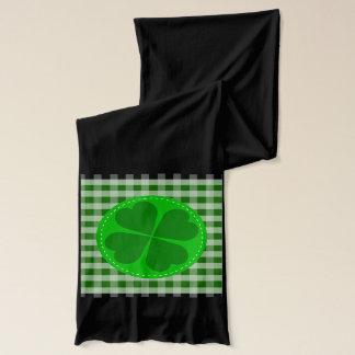 円の心があるシャムロックwの緑の骨がある背景 スカーフ