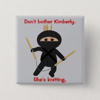 円の編み物針を持つ忍者 缶バッジ