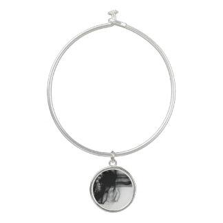 円形のチャームが付いている黒い火IIの腕輪のブレスレット バングルブレスレット