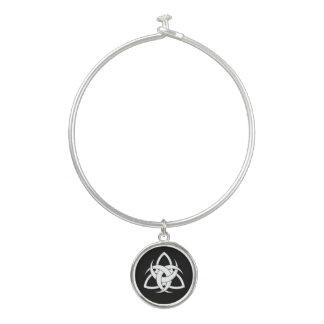 円形のチャームが付いている3つの月の結び目の腕輪のブレスレット バングルブレスレット
