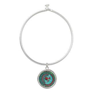 円形のチャームが付いているLe Liza Designsの腕輪のブレスレット バングルブレスレット