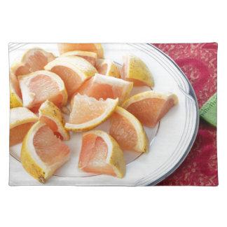 円形のプレートの赤いグレープフルーツの部分 ランチョンマット