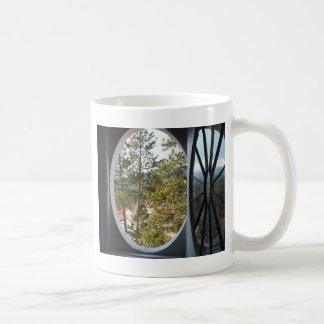 円形の窓を通したコロラド州山の眺め コーヒーマグカップ