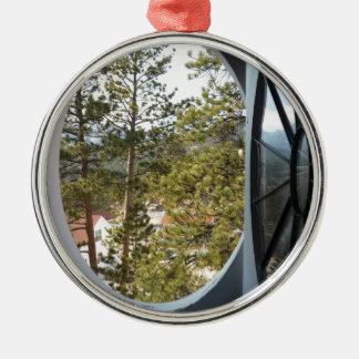 円形の窓を通したコロラド州山の眺め メタルオーナメント