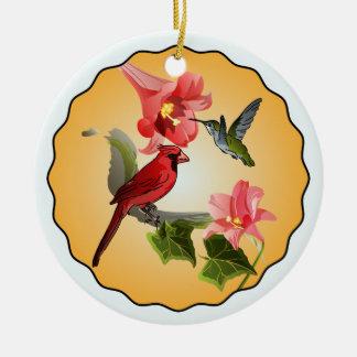 円形ピンクユリを持つ(鳥)ショウジョウコウカンチョウ及びハチドリ セラミックオーナメント