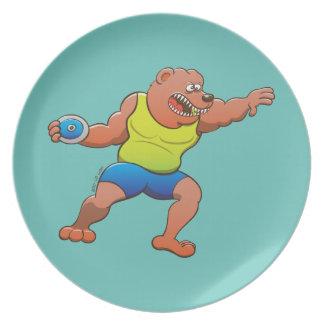 円盤投げを行っている大変なヒグマ プレート