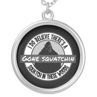 円-行ったSquatchin -これらの森のSquatch シルバープレートネックレス
