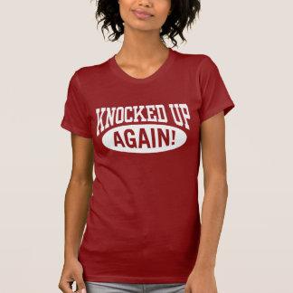 再度の上でたたかれる Tシャツ