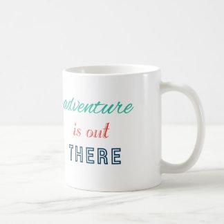 冒険はそこに旅行インスパイアタイポグラフィをあります コーヒーマグカップ