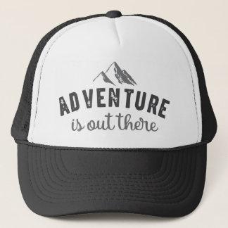 冒険はタイポグラフィの引用文の帽子の黒そこにあります キャップ