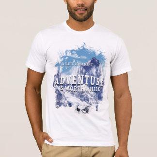 冒険は価値があるワイシャツです Tシャツ