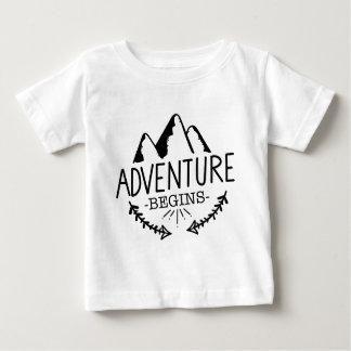 冒険は始まります ベビーTシャツ