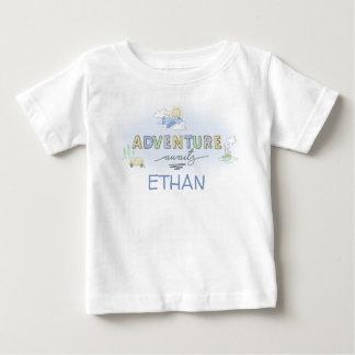 冒険は旅行車の飛行機のボートを個人化なります待ちます ベビーTシャツ