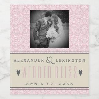 写真のエレガントなダマスク織のピンクおよび灰色の結婚式 ワインラベル
