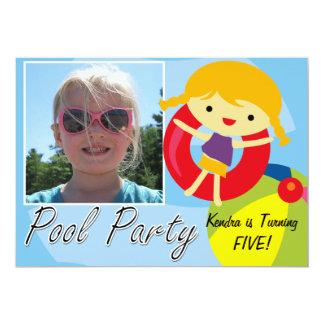 写真のブロンドの女の子のプールを囲んでのパーティの水泳の誕生日 カード