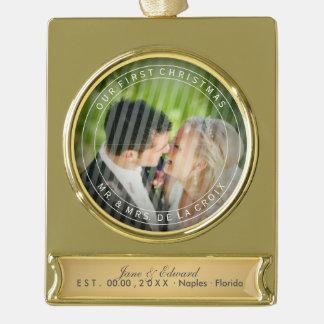 写真を結婚するPixDezinesの氏及び夫人初めてのクリスマス ゴールドプレートバナーオーナメント