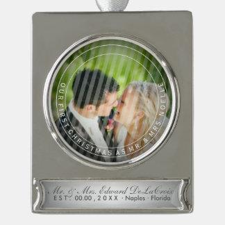 写真を結婚するPixDezinesの氏及び夫人初めてのクリスマス シルバープレートバナーオーナメント