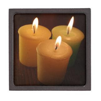 写真撮影3本の蝋燭の微光の ギフトボックス