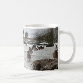 冬のアヒル コーヒーマグカップ