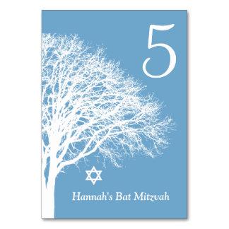 冬のオークの木の青く白いバルミツワーのテーブルカード カード