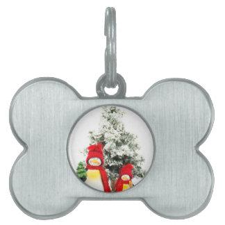 冬のクリスマスツリーが付いているペンギンの置物 ペットネームタグ
