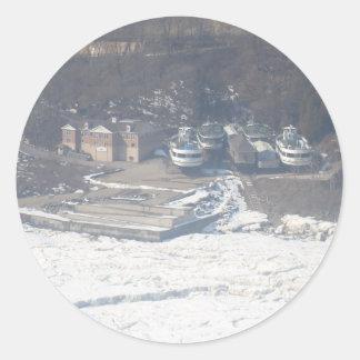 冬のボートの波止場場面 ラウンドシール