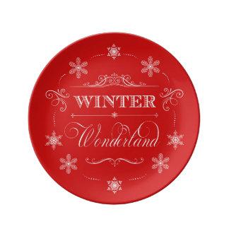 冬の不思議の国の赤と白のクリスマスの雪 磁器プレート