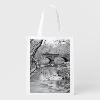 冬の凍結する川上のアーチ橋 エコバッグ