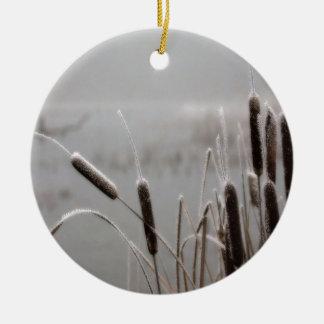 冬の場面によって曇らされるネコヤナギ セラミックオーナメント