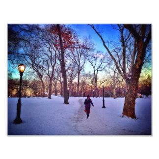 冬の日没の下で歩くこと フォトプリント
