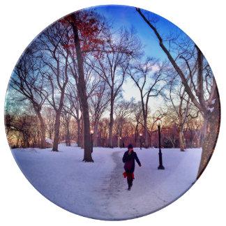 冬の日没の下で歩くこと 磁器プレート