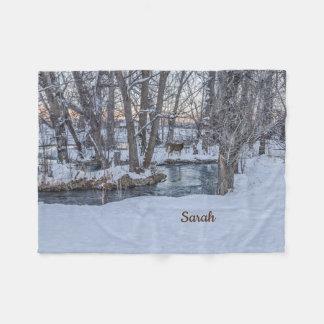 冬の日没の森の2頭のシカ フリースブランケット