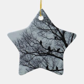 冬の木のハゲタカの群 セラミックオーナメント