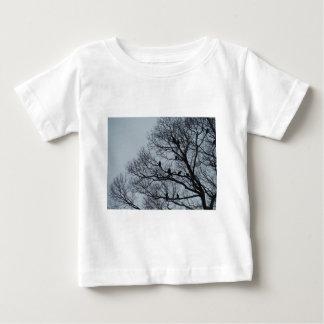 冬の木のハゲタカの群 ベビーTシャツ