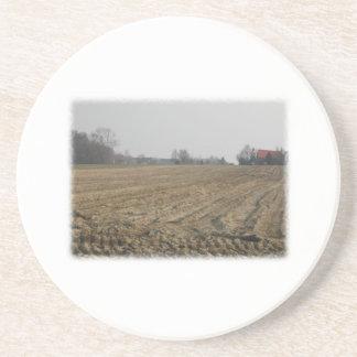 冬の耕された分野。 景色 コースター