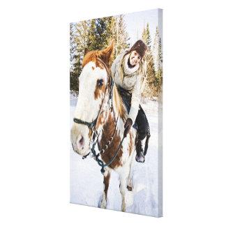 冬の間の馬のアウトドアの女性 キャンバスプリント