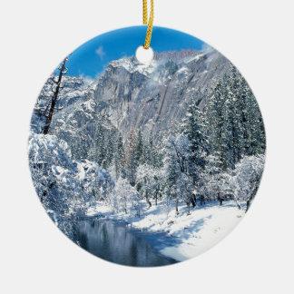 冬の雪はヨセミテを群がらせます セラミックオーナメント