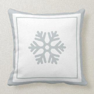 冬の雪片の淡青色のホワイトクリスマスの枕 クッション