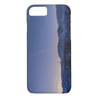 冬のNarvik上の飛行機雲 iPhone 8/7ケース