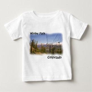 冬公園のコロラド州のベビーのワイシャツ ベビーTシャツ