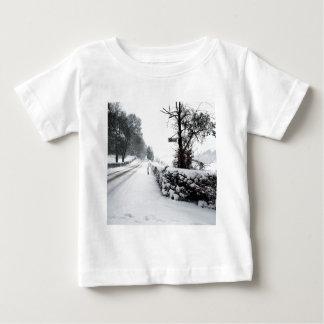 冬場面冷たい田舎道 ベビーTシャツ
