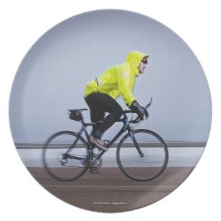 冷たく、霧深い冬の日の自転車に人を配置して下さい プレート