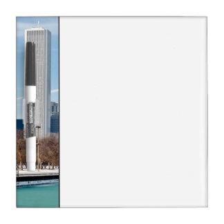 凍結するミシガン湖を渡るシカゴのスカイライン ホワイトボード